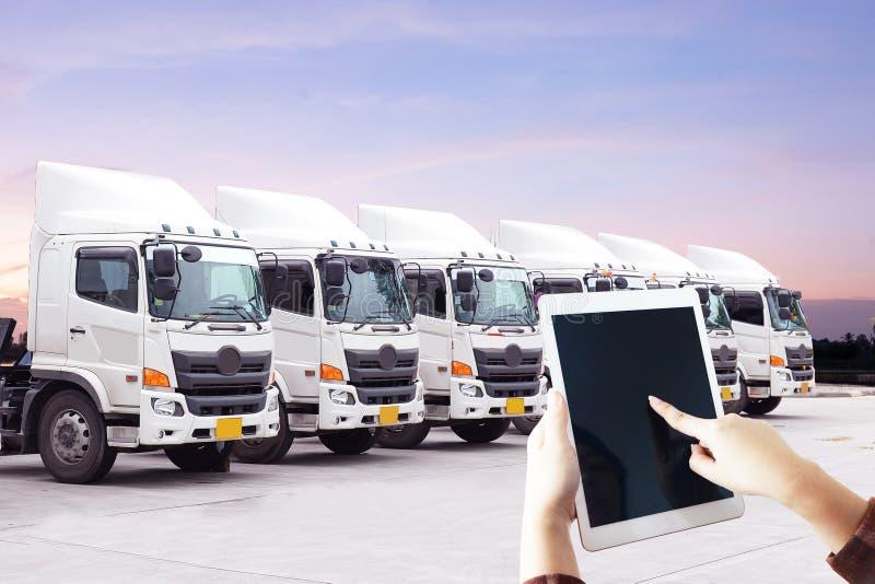 妇女的手使用有后勤学运输新的卡车队的片剂 免版税库存图片
