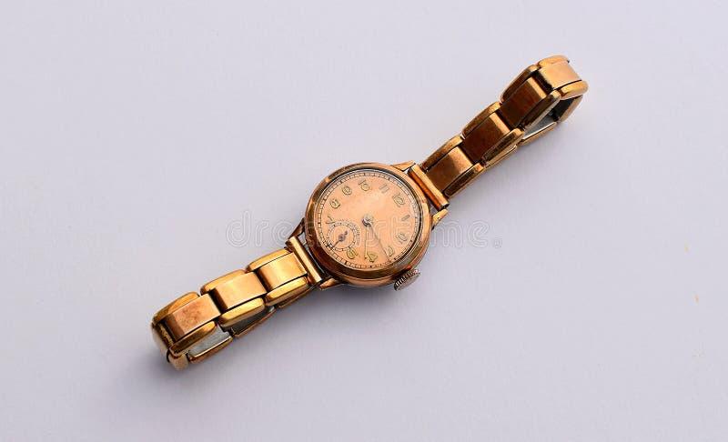 妇女的手表葡萄酒,与镯子的金子 库存照片