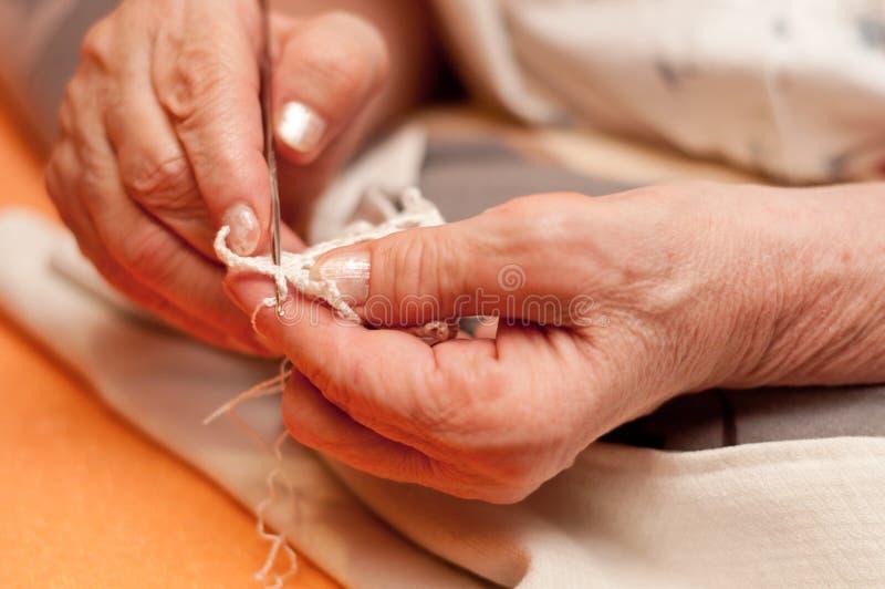 妇女的手钩编编织物 图库摄影