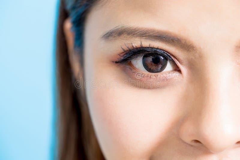 妇女的接近的眼睛 免版税库存图片