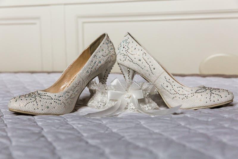妇女的新娘鞋子和袜带 免版税库存图片