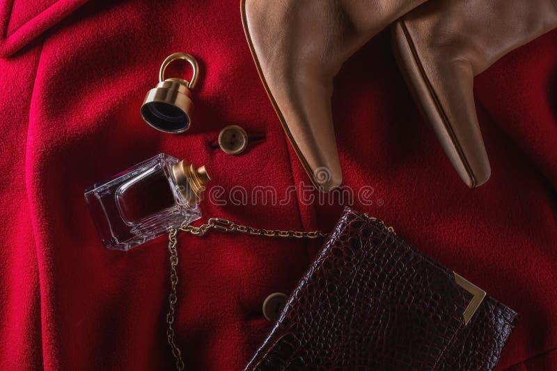 妇女的春天,秋天成套装备 设置衣物、鞋子和辅助部件 时髦的时尚神色 库存照片