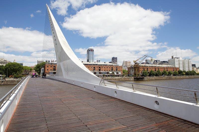 妇女的桥梁圣地牙哥・卡拉特拉瓦在马德罗港在布宜诺斯艾利斯,阿根廷 库存照片