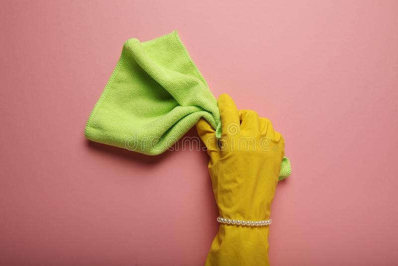 妇女的歧视和屈辱,有珍珠镯子的手在手套清洗 妇女家事,男女平等 库存照片