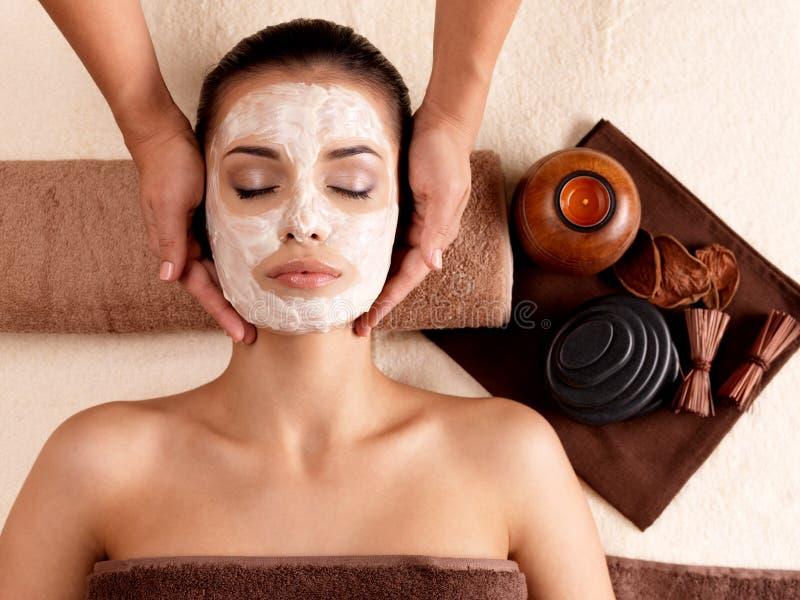 妇女的温泉按摩有在表面的面部屏蔽的 免版税库存图片