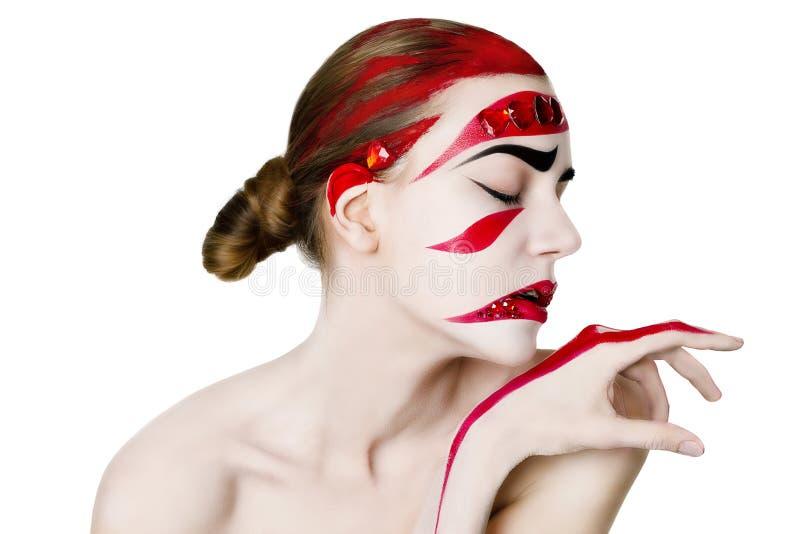 妇女的演播室画象 在红色的艺术构成 库存照片