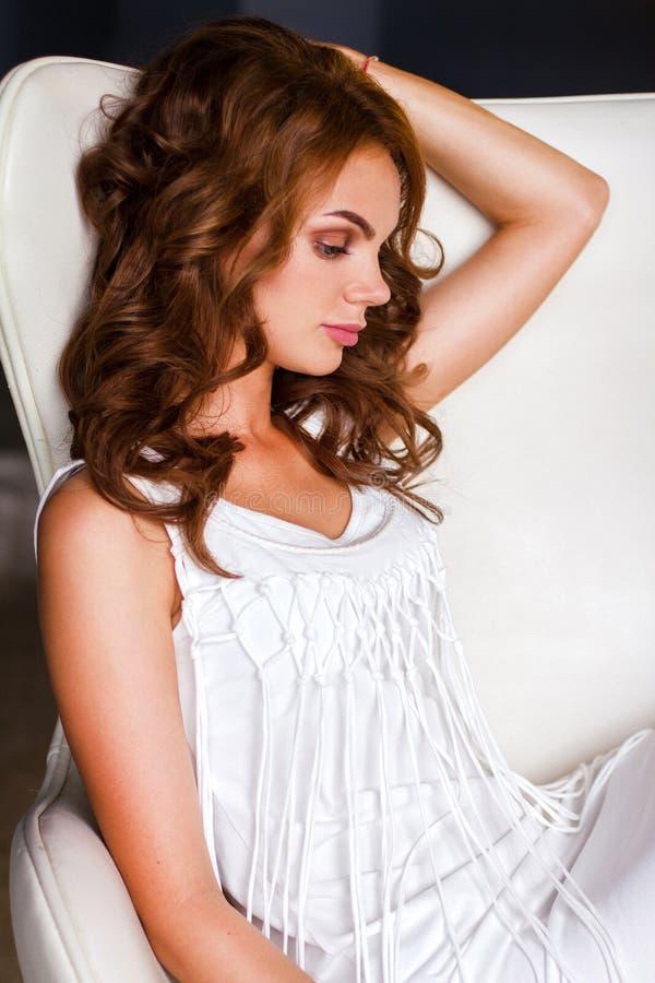 妇女的画象白色礼服的 免版税库存照片