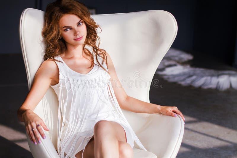 妇女的画象白色礼服的 免版税库存图片