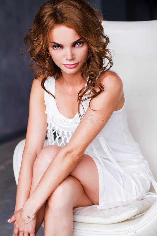妇女的画象白色礼服的 库存照片