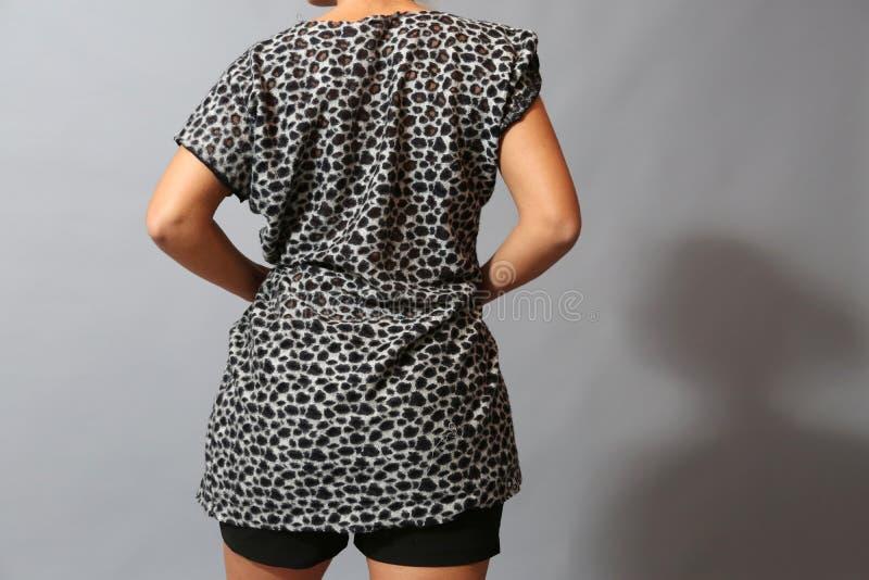 妇女的短的袖子衬衣 免版税库存图片