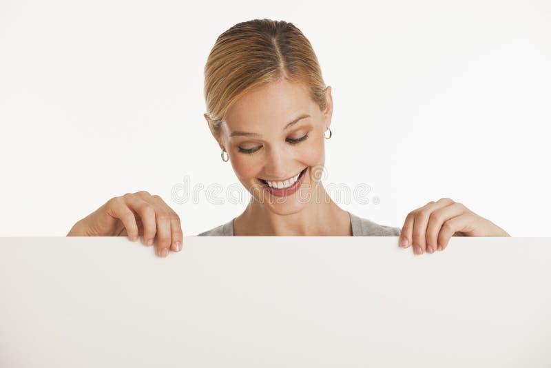 妇女的空白复制藏品符号空间 免版税库存图片