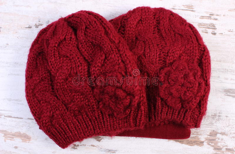 Download 妇女的羊毛盖帽老木背景的 库存图片. 图片 包括有 编织, 土气, 伯根地酒, 冬天, 私有, 衣物, 服装 - 62530797