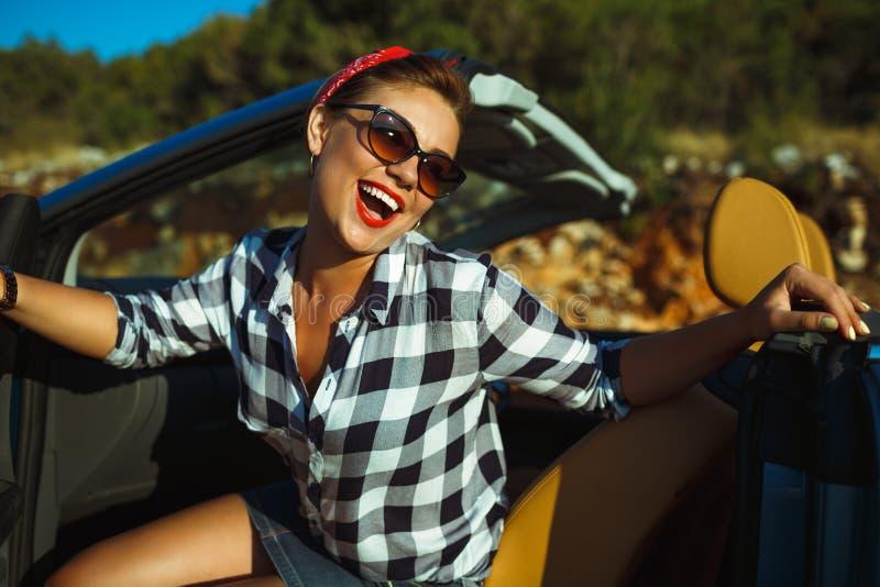 妇女的美丽的别针在敞蓬车,享受旅行坐lu 免版税图库摄影
