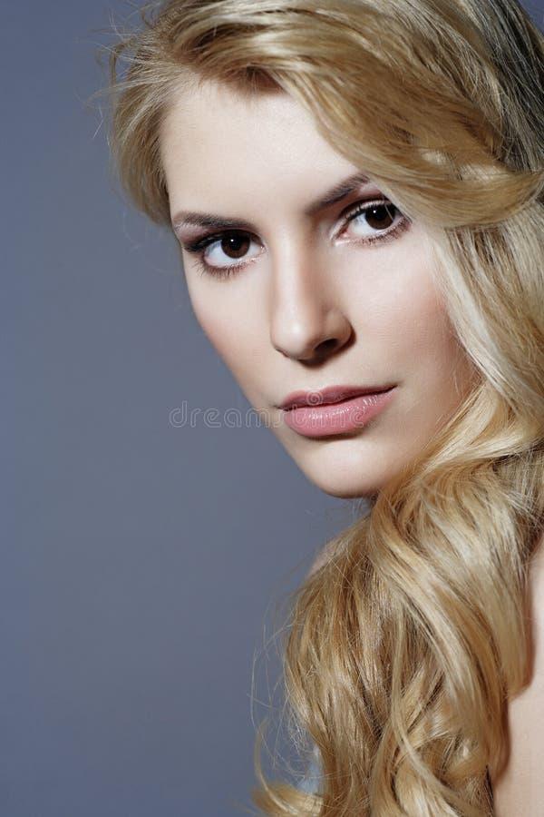 妇女的美丽的金发碧眼的女人关闭纵向 库存照片