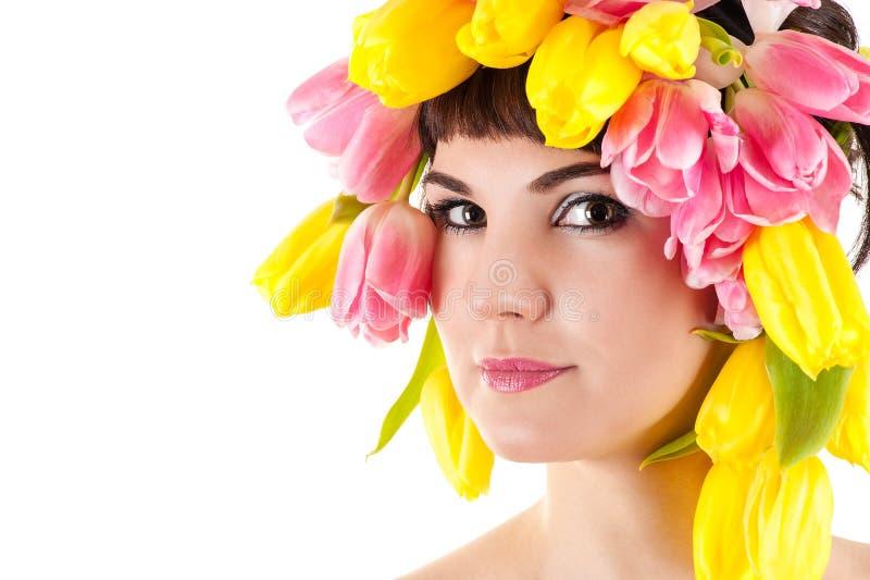 妇女的美丽的面孔有郁金香的在头 免版税库存图片