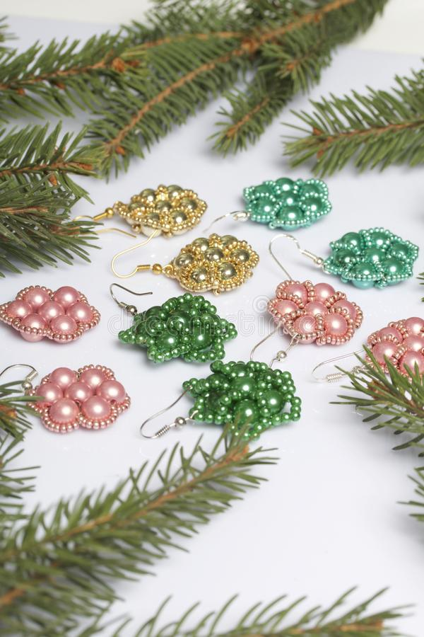 妇女的耳环做了在云杉中分支的小珠  免版税库存照片
