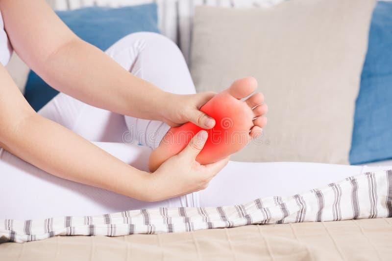 妇女的腿创伤,痛苦在脚,女性脚按摩  库存图片