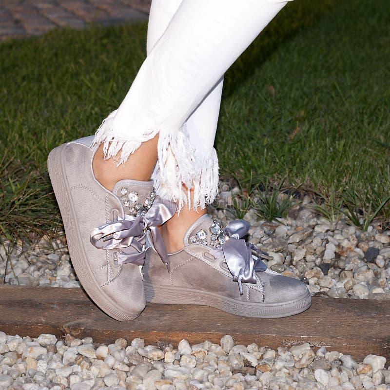 妇女的腿有运动鞋的 免版税库存照片
