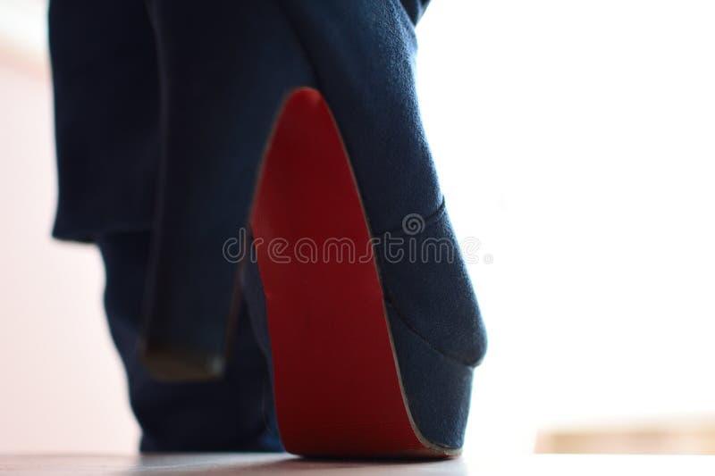 妇女的蓝色的起动特写镜头视图走楼下 免版税库存图片