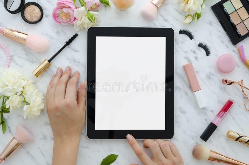 妇女的魅力美容品和辅助部件平的位置在白色背景 片剂,刷子,假睫毛 免版税库存照片
