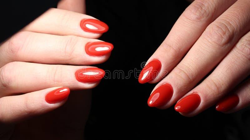 妇女的经典红色修指甲设计 免版税库存图片