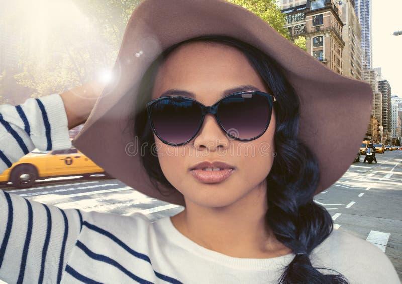 妇女的综合图象夏天帽子的反对在火光的街道 向量例证