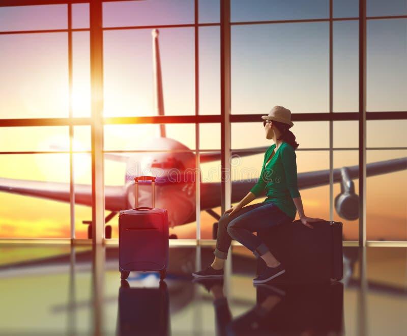 妇女看一架飞机 免版税库存照片