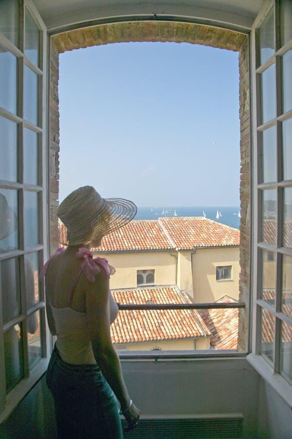 妇女看在毕加索博物馆外面的,安地比斯,法国 库存照片