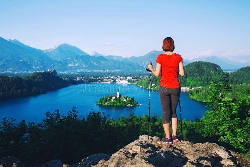 妇女看在Bled湖,斯洛文尼亚的远足者游人 免版税库存照片