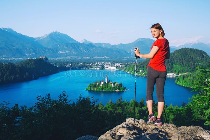 妇女看在Bled湖,斯洛文尼亚的远足者游人 库存图片
