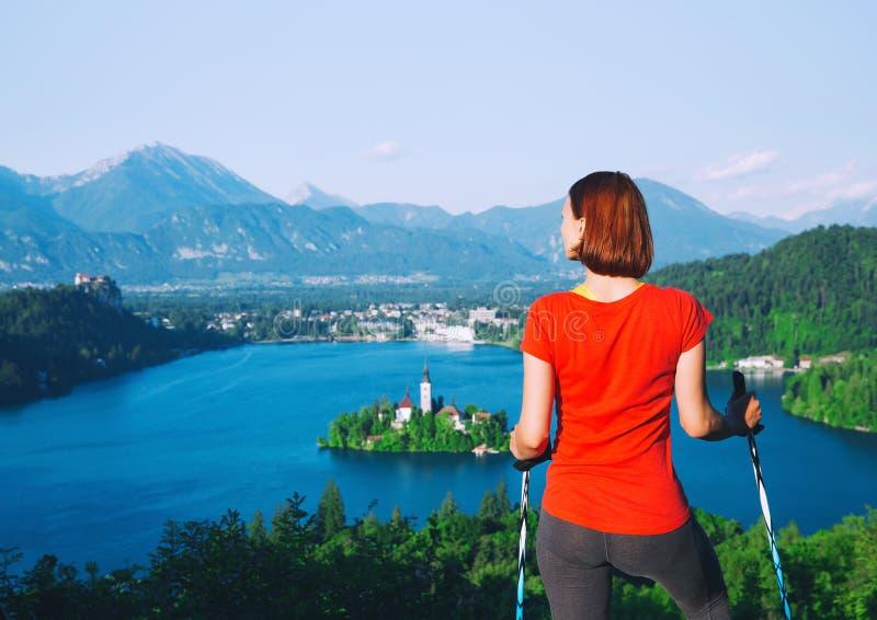 妇女看在Bled湖,斯洛文尼亚的远足者游人 免版税图库摄影