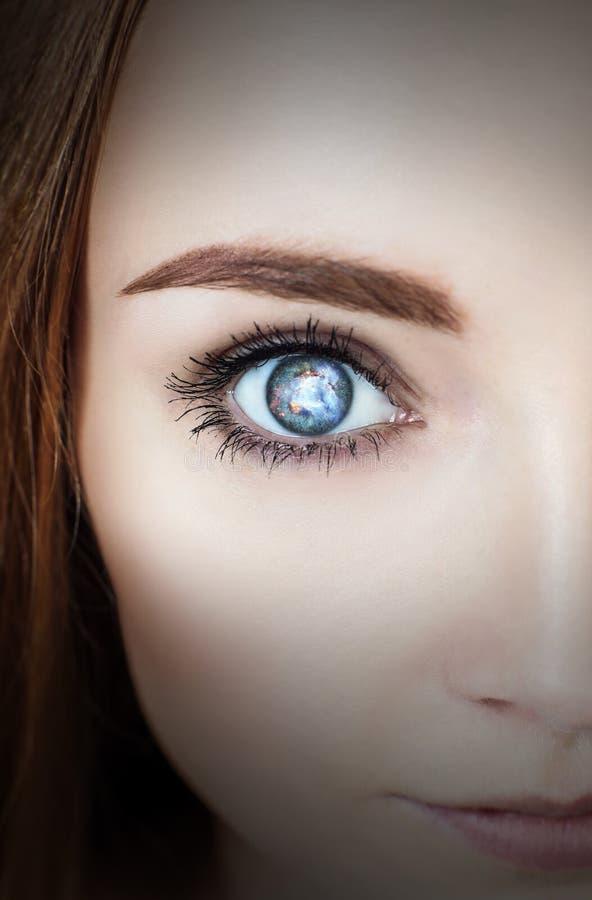 妇女眼睛和宇宙空间 库存图片