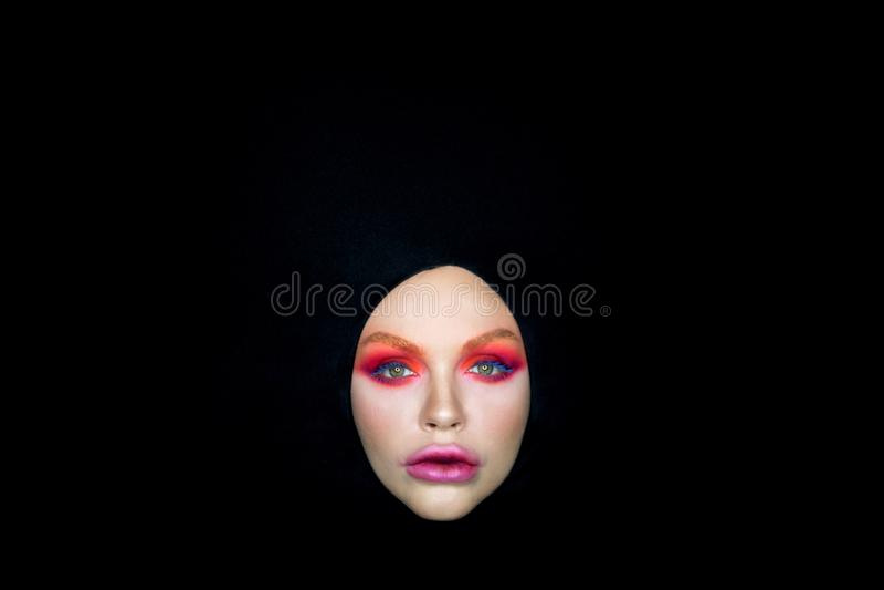 妇女眼睛明亮的构成面纱黑色背景 免版税库存照片