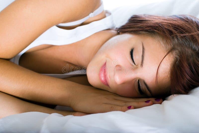 妇女睡觉 免版税库存图片