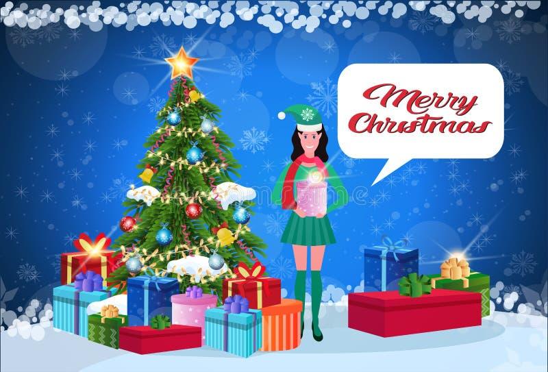 妇女矮子服装藏品在杉树新年快乐圣诞快乐概念平展闲谈泡影附近的礼物盒身分 皇族释放例证