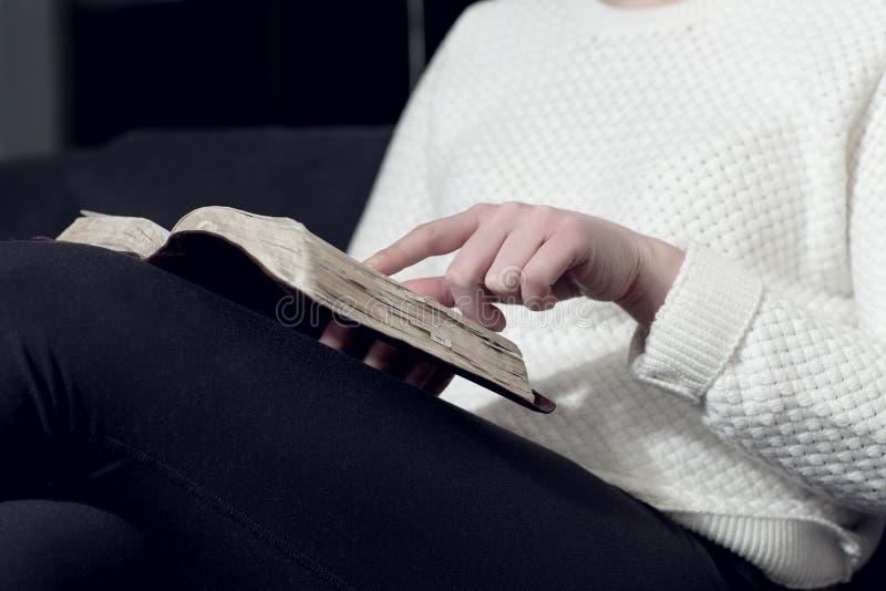 妇女研究圣经 图库摄影