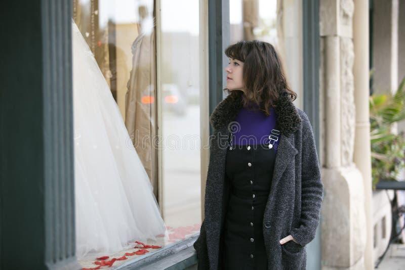 妇女礼服的窗口购物 图库摄影