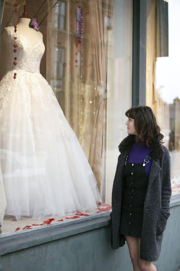 妇女礼服的窗口购物 免版税库存照片