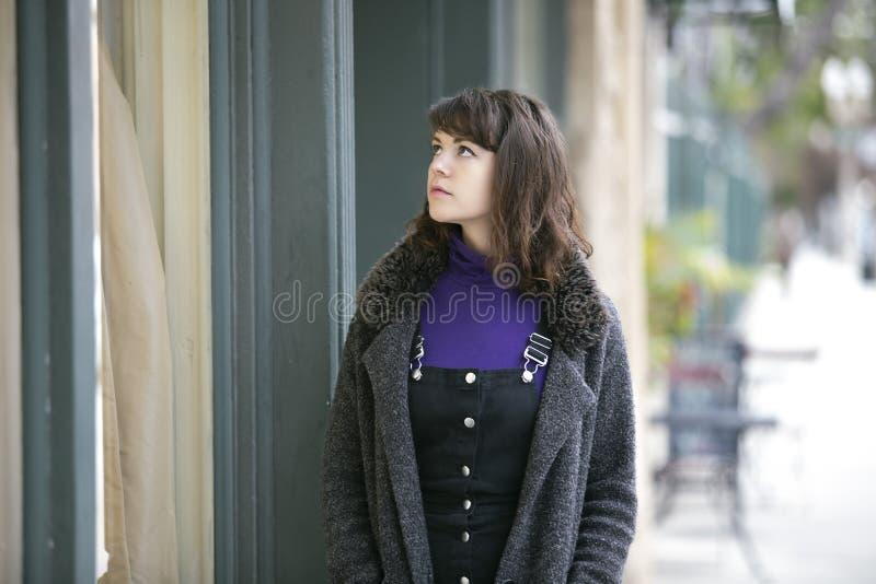 妇女礼服的窗口购物 库存图片