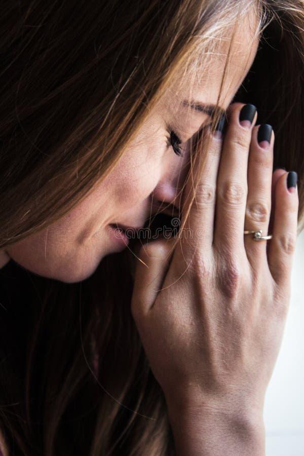 妇女祈祷的宗教启发 免版税库存照片