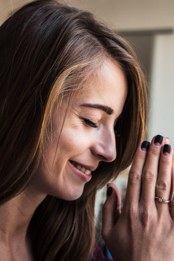 妇女祈祷的宗教启发 免版税库存图片