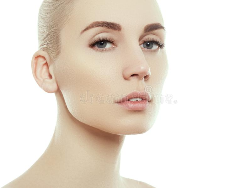 妇女秀丽在与健康皮肤的白色隔绝的面孔画象 库存图片
