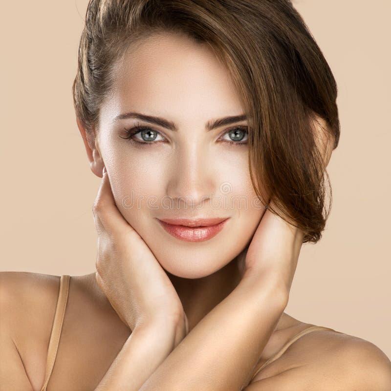 妇女秀丽在中立颜色的面孔画象 图库摄影