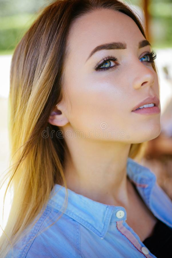 妇女秀丽是她的巨大使命 有肉欲的神色的妇女 skincare模型秀丽神色  俏丽的妇女 库存图片