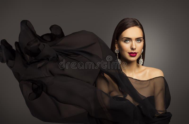 妇女秀丽构成,时装模特儿画象,挥动的黑织品 免版税库存照片