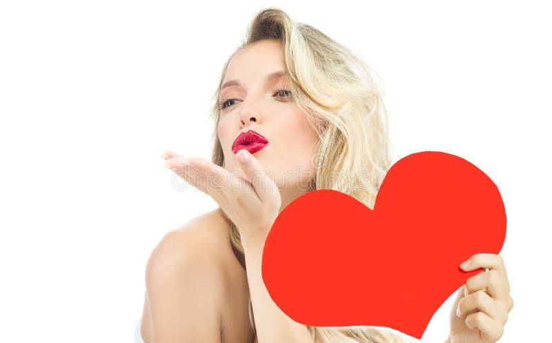 妇女秀丽红色心脏华伦泰` s爱亲吻 库存照片