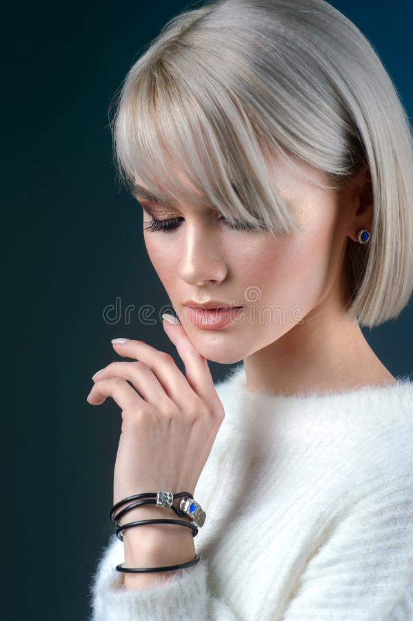 妇女秀丽面孔和首饰美丽的时装模特儿构成少女做和在灰色背景的首饰 免版税库存照片