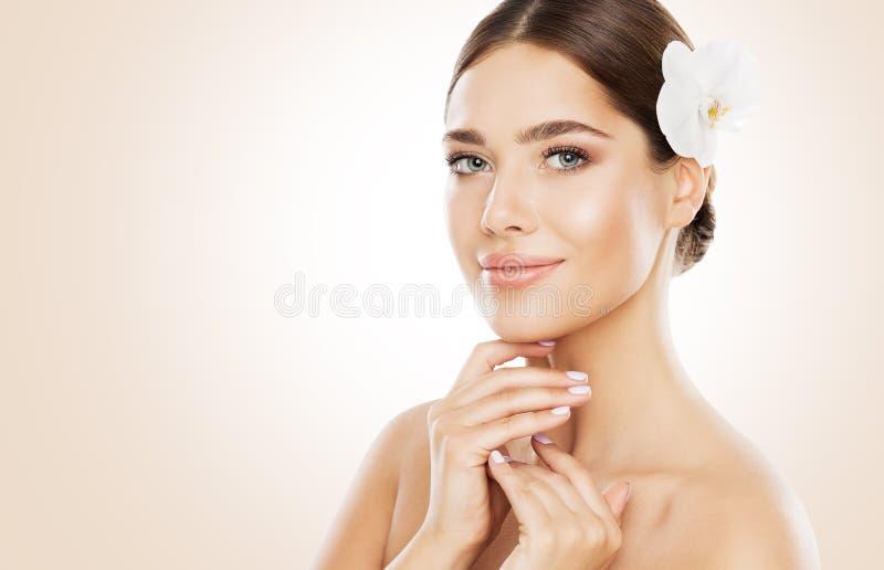 妇女秀丽,面孔护肤和自然组成,兰花花 免版税库存照片