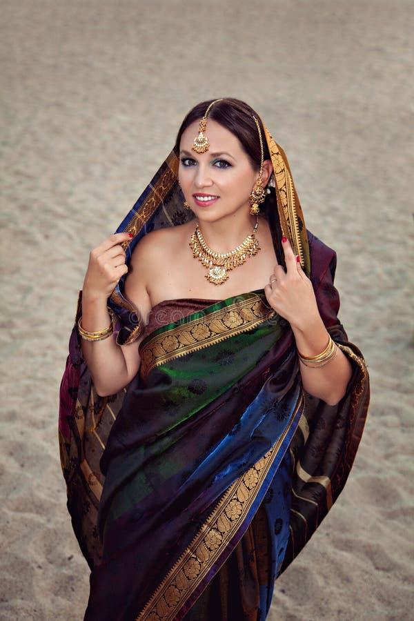 妇女秀丽画象传统印地安衣物的 免版税库存照片