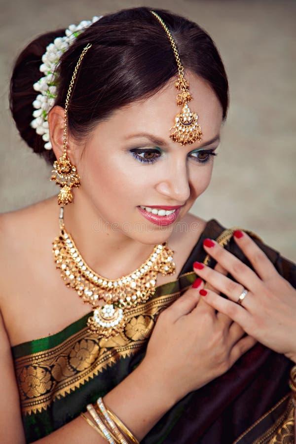 妇女秀丽画象有东方构成和首饰的 免版税库存图片